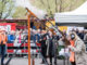 Koningsdag in Warnsveld, vogelschieten bij De Pauw. Burgemeester Annemieke Vermeulen lost het eerste schot.