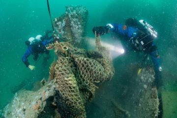 Tijdens de expedities van Duik de Noordzee Schoon verwijderen duikers achtergebleven netten op wrakken. (foto Cor Kuyvenhoven)