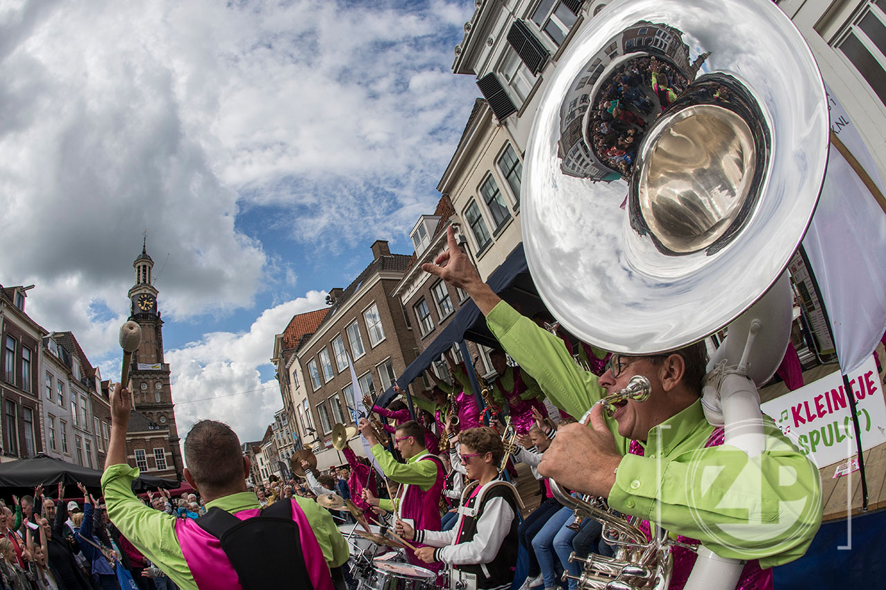 Dweildag in Zutphen. Dweilorkesten spelen in de binnenstad. 't Spul(t) uit Zutphen op het podium op de Houtmarkt.