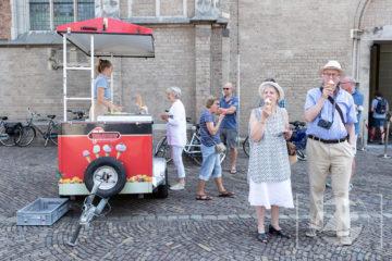 Verkoeling bij World Press Photo in Zutphen. Bezoekers kregen na hun bezoek aan de fototentoonstelling een ijsje aangeboden door de organisatie Zutphen Doen.