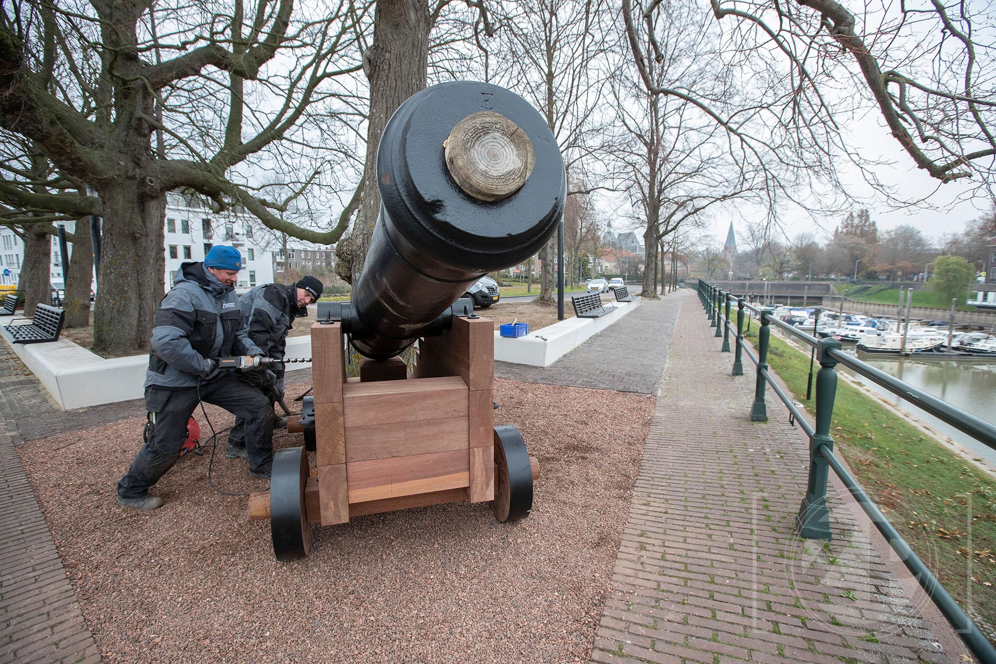 Op de Bult van Ketjen aan de IJsselkade in Zutphen is vanmorgen een historisch kanon geplaatst. Medewerkers van Schotman Restauraties uit Vorden leggen de laatste hand aan de afwerking van het kanon. De Stentor. Foto: Patrick van Gemert