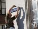 De binnenstad van Zutphen krijgt replica's van historische straatnaamborden terug. De komende jaren wordt steeds een aantal borden vervangen. Wethouder Annelies de Jonge onthulde het eerste bord. Foto: Patrick van Gemert