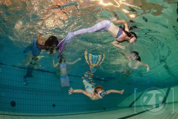 Waterpret in Zwembad Rhienderoord. Bij zwembad Rhienderoord kunnen kinderen deelnemen aan een zeemeerminnen cursus, tijdens de cursus leren ze de vaardigheden om zich voort te bewegen in het water met een staart. Foto: Patrick van Gemert