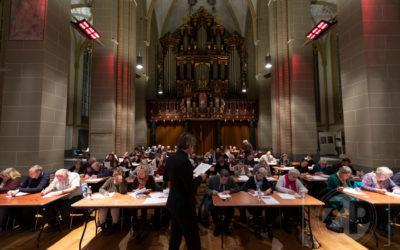 Groot Zutphens Dictee 2018 in de Walburgis kerk. Bas Steman leest het dictee voor in de kerk.