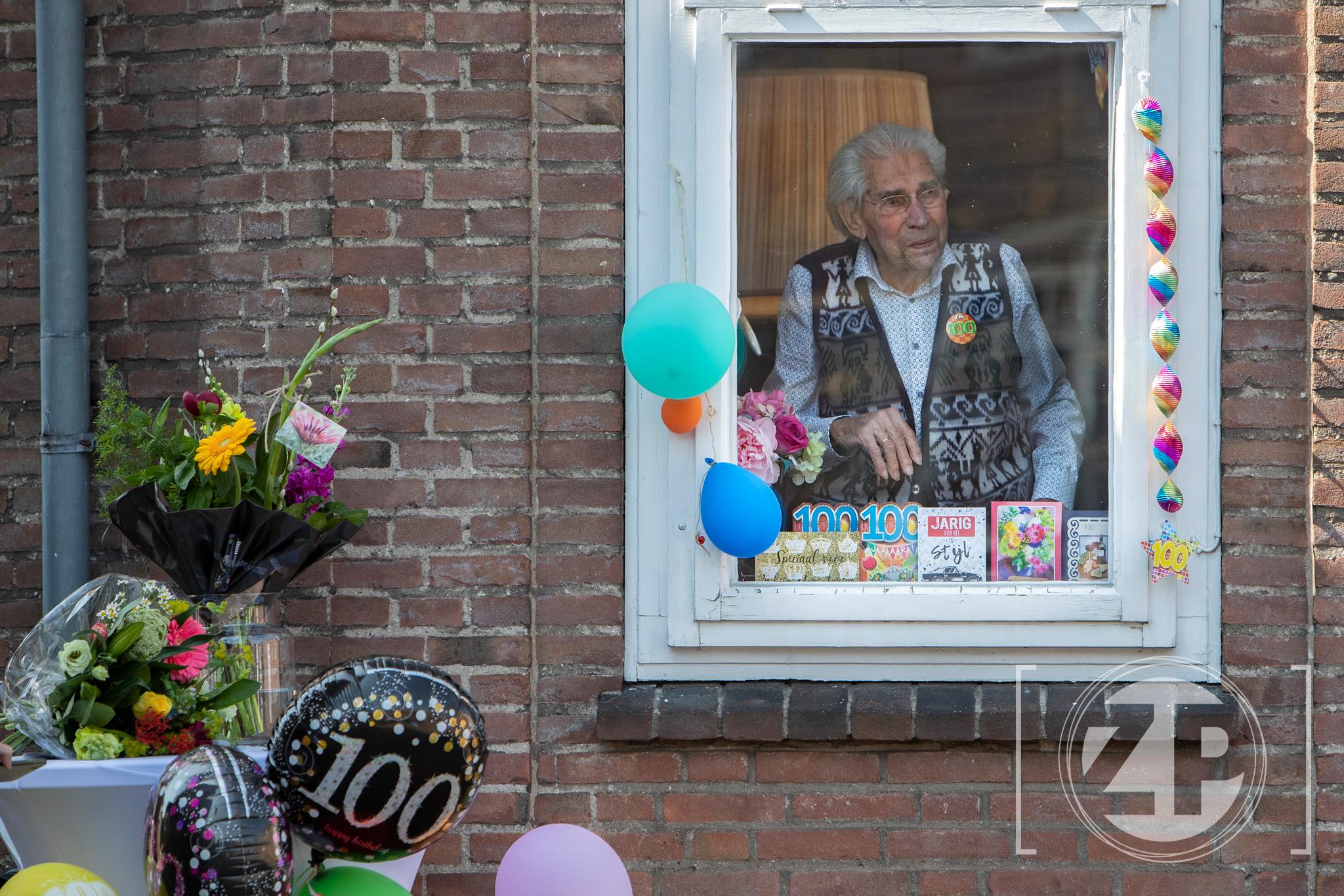 Opa De Grijff wordt 100 en kan dankzij bloemenzee en talloze kaarten toch genieten van verjaardag - Hij is de oudste geboren Zutphenees en had een groot feest in gedachten. Door de coronacrisis viel dit plan in duigen. Zijn zonen bedachten een alternatief. Zutphenaren kunnen op zijn verjaardag bloemen achterlaten en kaarten.
