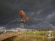 Amerikaanse windmolen langs de IJssel bij Zutphen met een regenboog