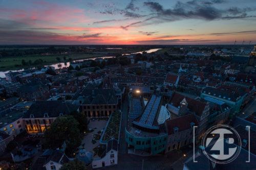 Zutphen in de avond, gezien vanaf de Walburgiskerk.
