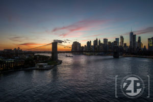 New York, zonsondergang op de Manhattan Bridge.