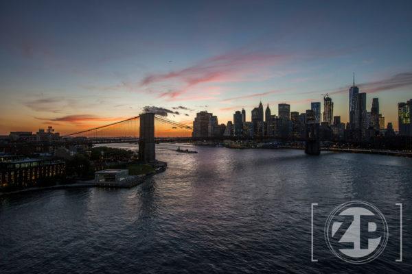 New York, zonsondergang op de Manhattan Bridge.
