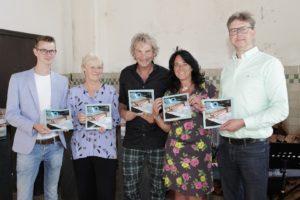 Zutphen - Stichting Noaberhulp viert in het Koelhuis haar dertigjarig bestaan. Presentatie van het jubileumgeschek, een boekje met verhalen over Noaberhulp.