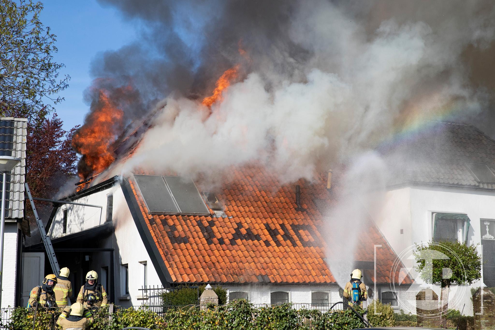 Zeer grote brand aan de Kanonsdijk in Zutphen. Het Kanon staat volledig in de brand' De brandweer is bezig met het bestrijden van de brand.