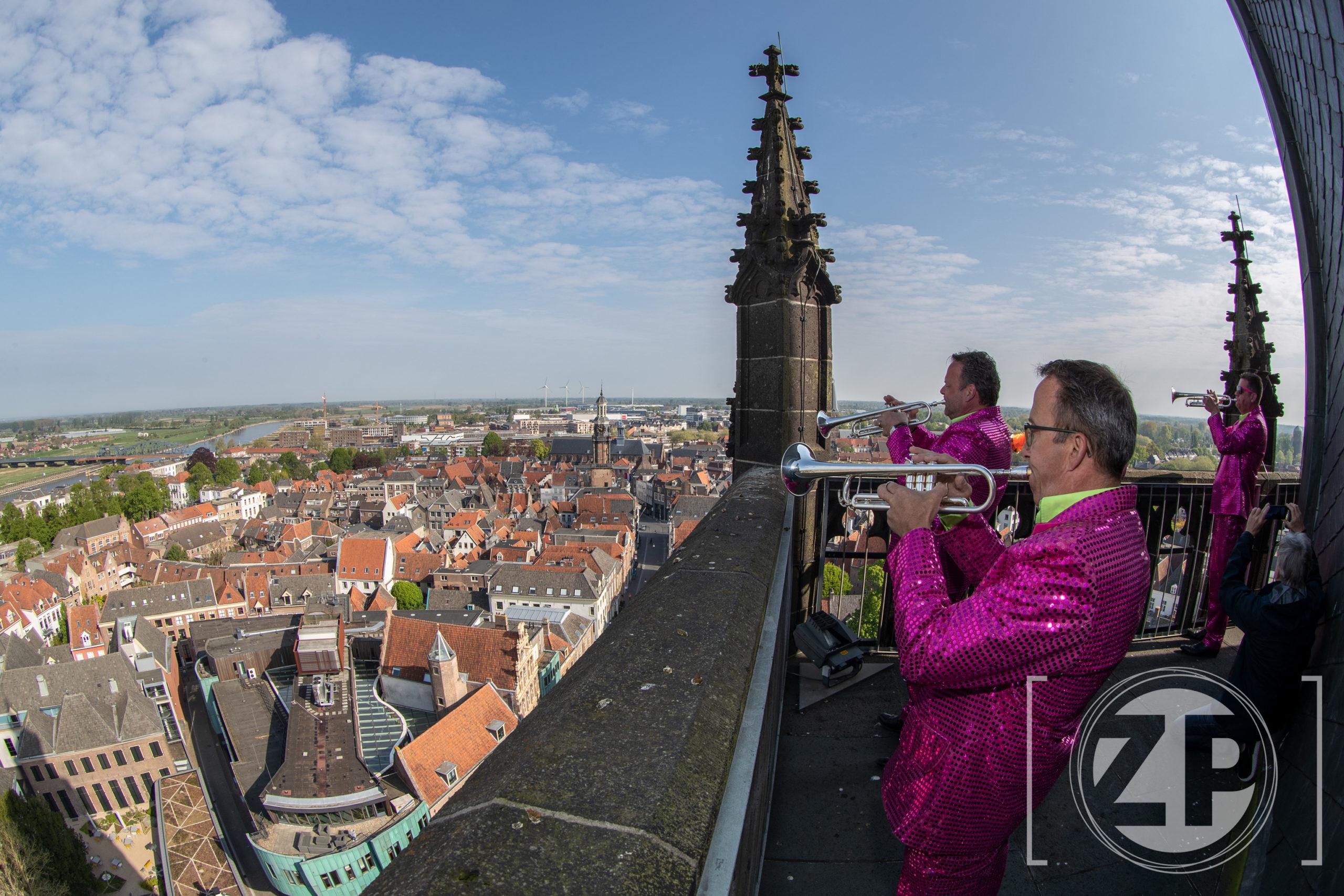 Koningsdag 2020. 4 leden van Dweilorkest 't Spult speelt precies om 10 uur Het Wilhemus vanaf de Zutphense Walburgistoren.