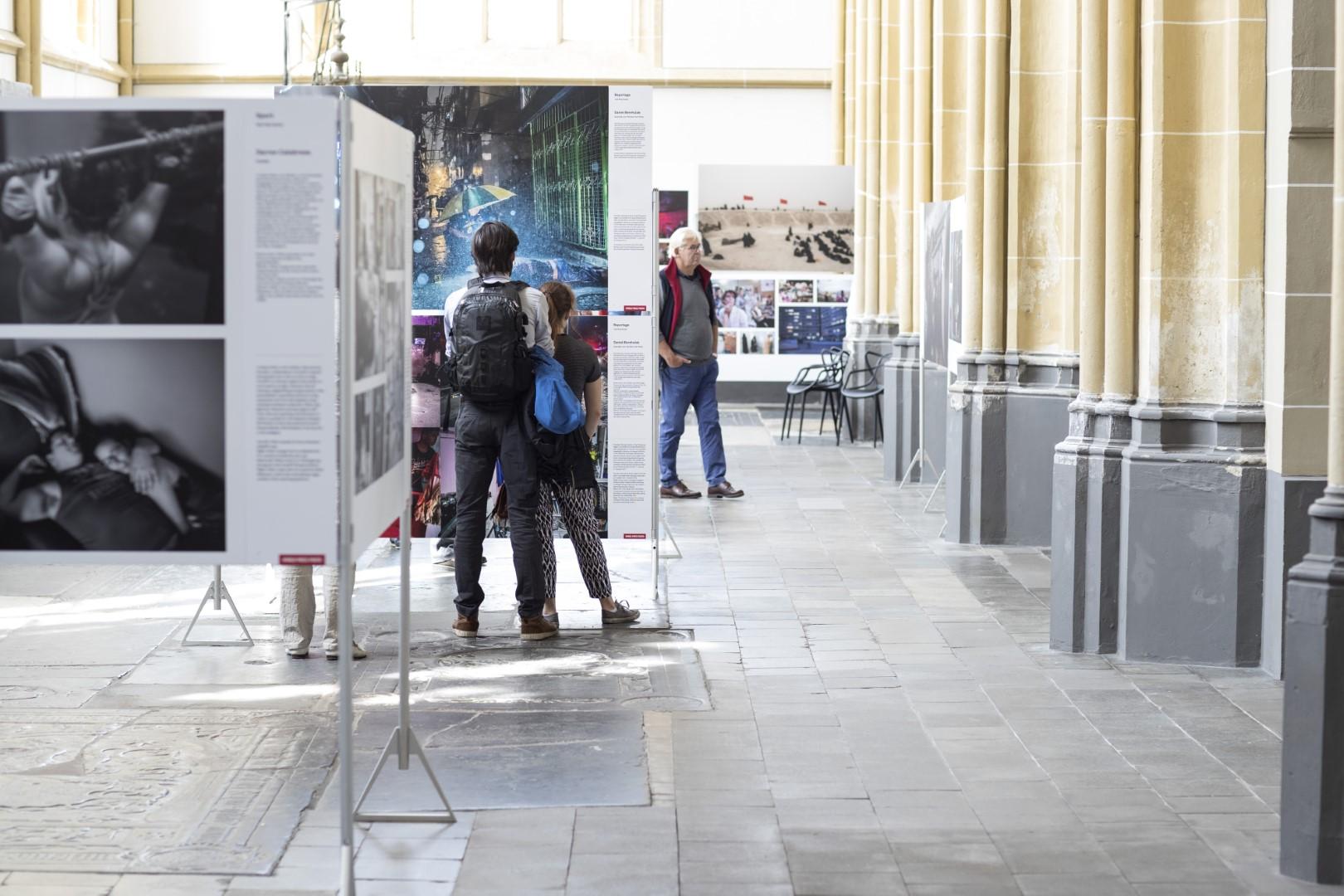 Bezoekers tijdens de tentoonstelling World Press Photo in de Walburgiskerk te Zutphen. (foto Patrick van Gemert/Zutphens Persbureau)